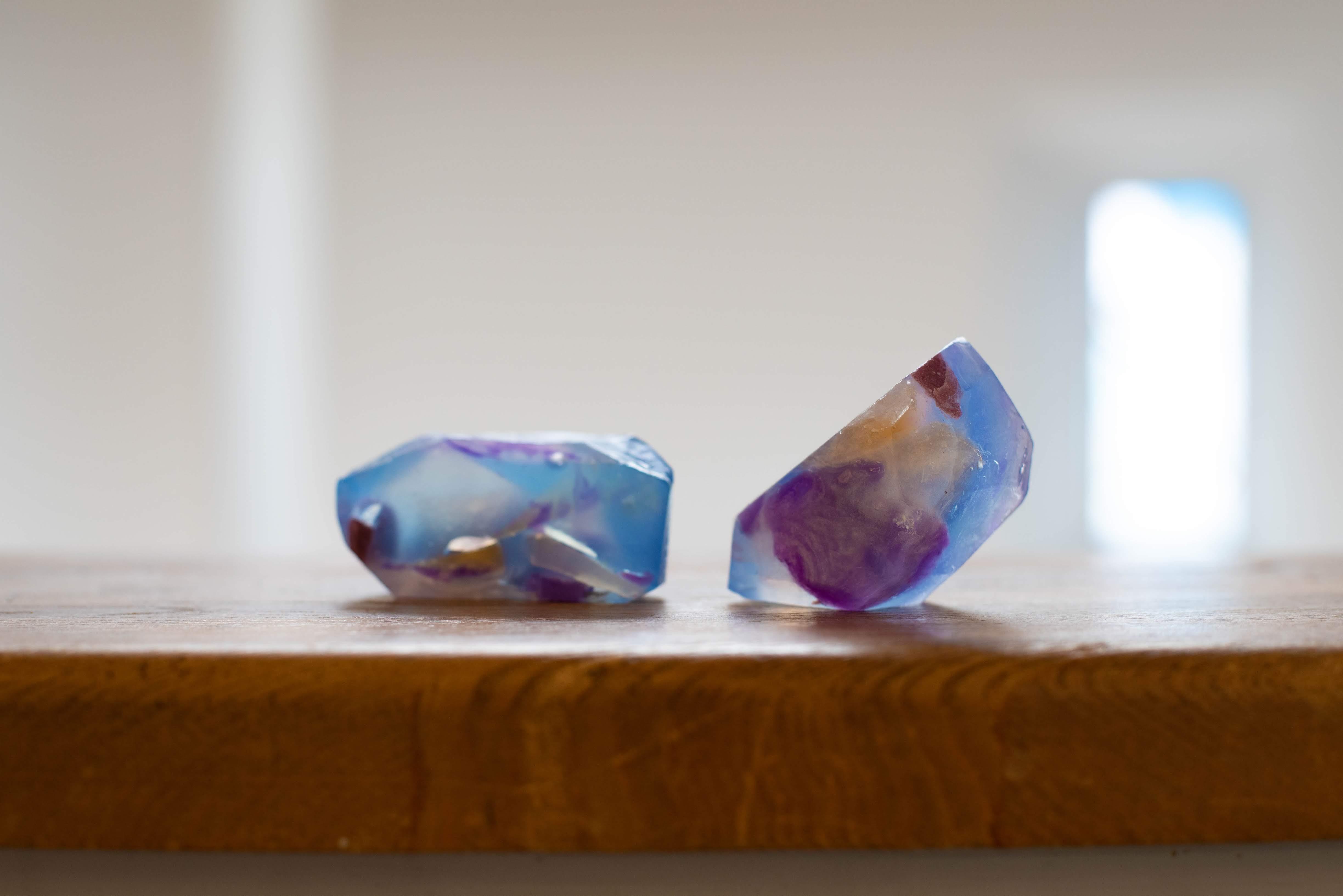 宝石石鹸のブルーの光