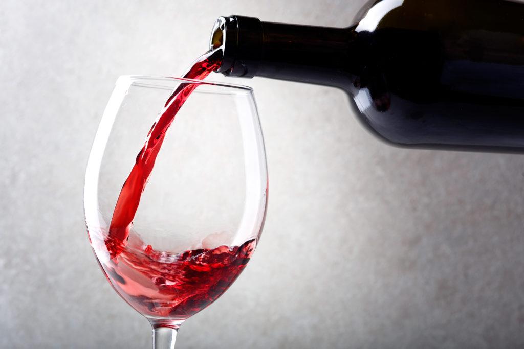 赤ワインが注がれる