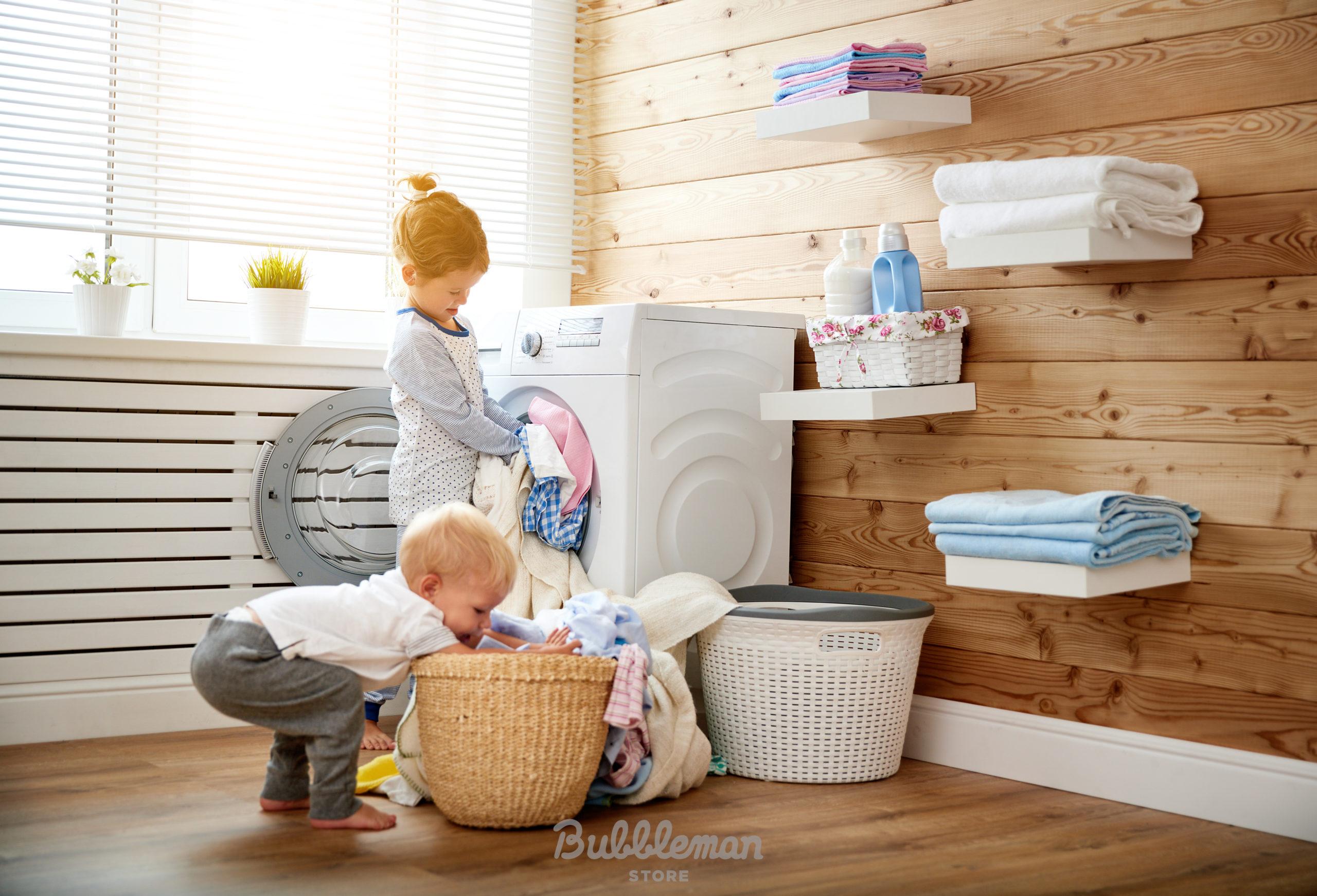 洗濯を手伝う子供たち