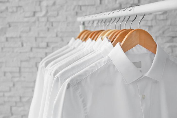 クリーニングされた白シャツ